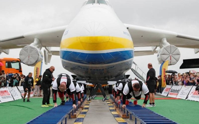 الصورة: عمالقة يحركون أكبر وأثقل طائرة شحن في العالم (فيديو)