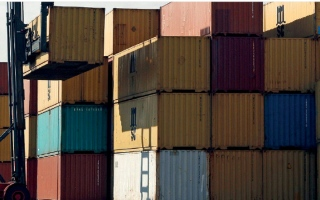 الصورة: تكاليف شحن الحاويات تصل إلى مستويات قياسية