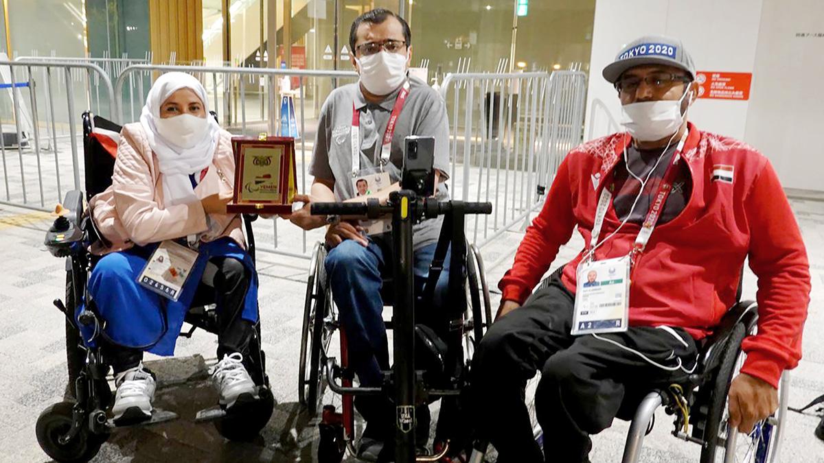 العصيمي يتوسط الدكتورة أمل رئيس الوفد اليمني وسيف العماري إداري البعثة اليمنية. من المصدر