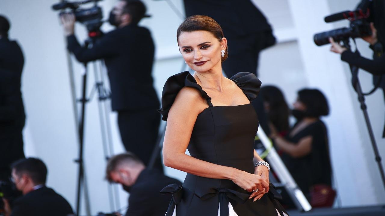 بينيلوبي كروز واحدة من أكثر الضيوف انتشاراً في مهرجان فينيسيا السينمائي. أ.ب