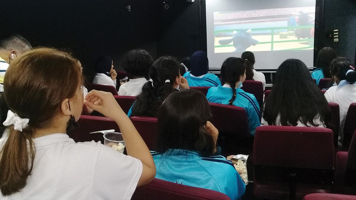 الأطفال يستمتعون بمشاهدة السينما في غزة. . الإمارات اليوم