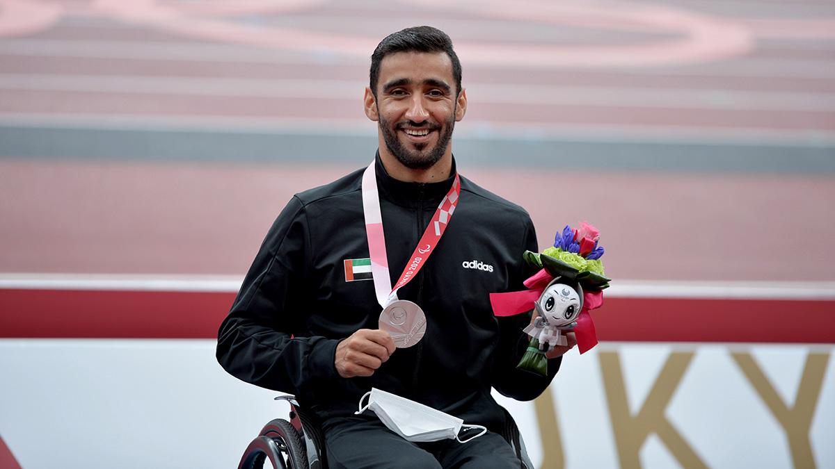 محمد القايد يستعرض الميدالية الفضية. . من المصدر