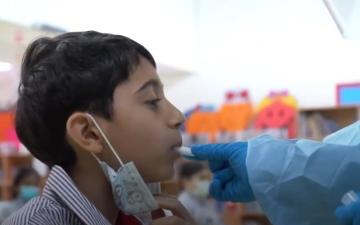 """الصورة: """"صحة دبي"""" تقدم خدمات فحص كوفيد-19 مجاناً للطلبة المواطنين بالمدارس الحكومية في دبي"""