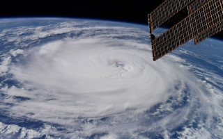 الصورة: إعصار لاري من الفضاء.. صور