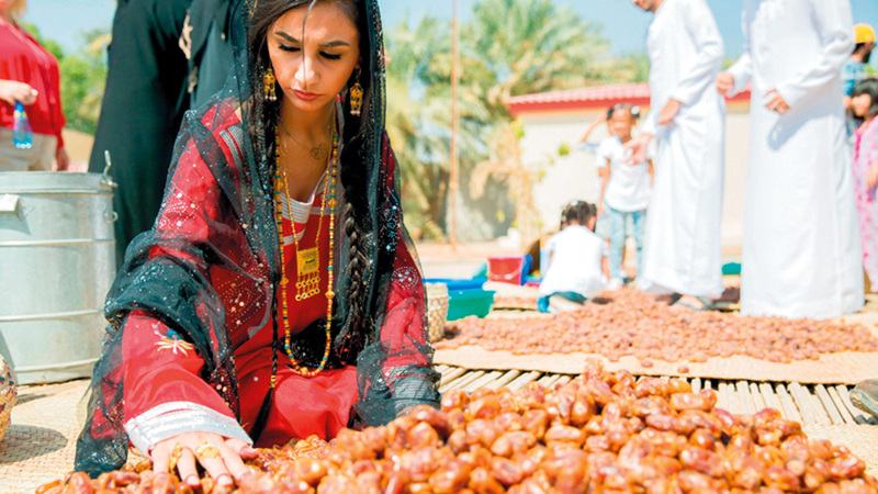 التمور مازالت حتى الآن تمثل جزءاً مهماً من الضيافة والطعام في البيوت الإماراتية.  أرشيفية