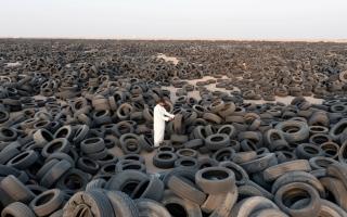 الصورة: إعادة تدوير مقبرة هائلة من إطارات السيارات الخردة في الكويت (صور)