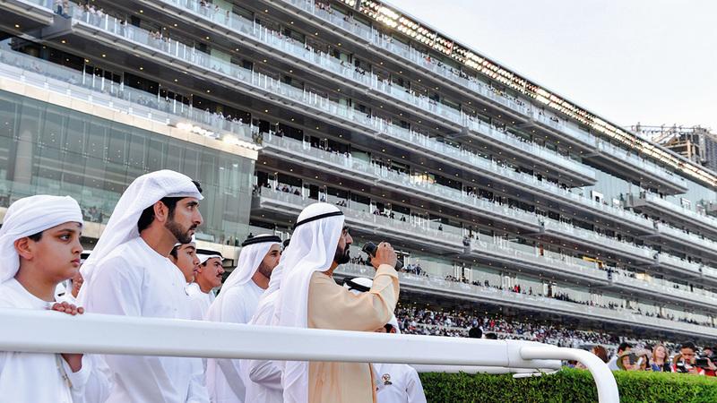 محمد بن راشد خلال متابعته النسخة الماضية لكأس دبي العالمي بحضور حمدان بن محمد.   من المصدر