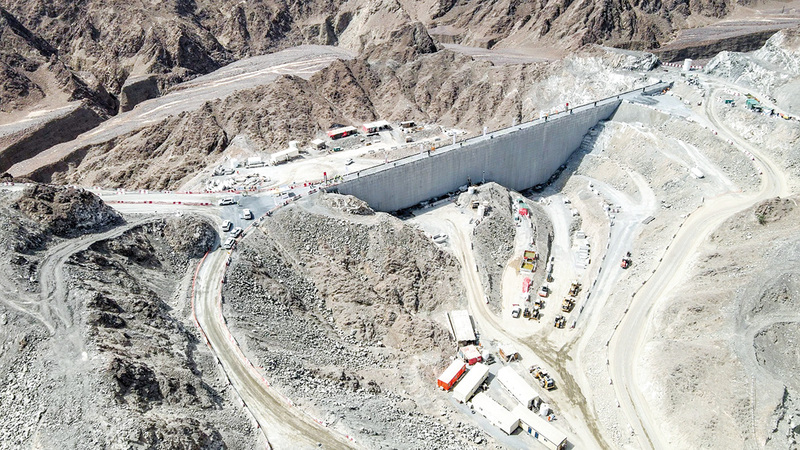 اكتمال إنشاء الجدار الخرساني الأول للسد العلوي في المحطة بارتفاع 37 متراً.   من المصدر