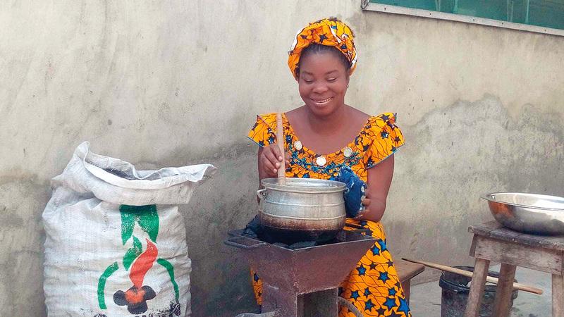 النساء في مختلف أنحاء العالم يتحمّلن إلى حدّ كبير مسؤوليات الطهي اليومية.  من المصدر