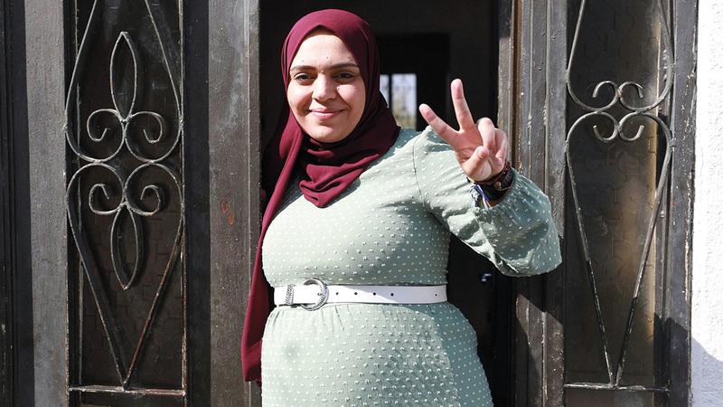 أنهار الديك تقضي الإقامة الجبرية داخل منزل والدتها.  الإمارات اليوم