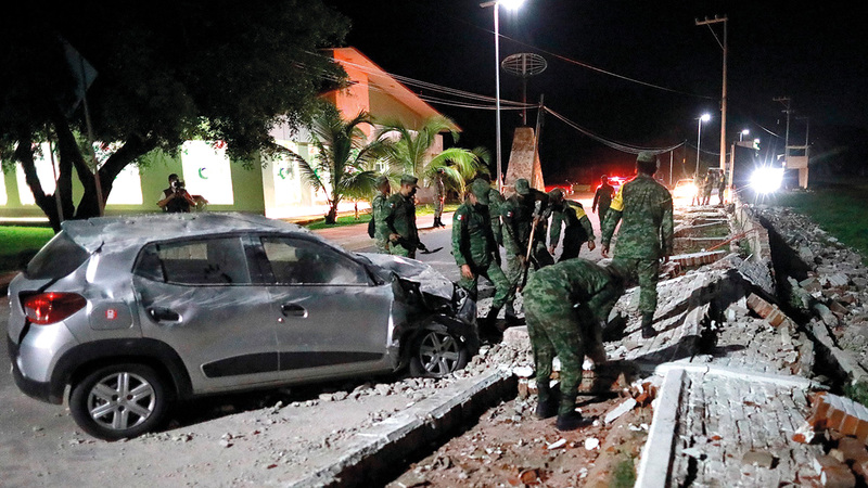 رجال الإنقاذ يعاينون الدمار الذي لحق بأحد الشوارع في أكابولكو.  إي.بي.إيه