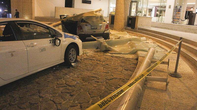 تعرض الكثير من السيارات للتدمير جراء تساقط حجارة المباني عليها أثناء توقفها.  رويترز