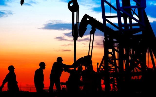 الصورة: النفط يتقدّم صوب 73 دولاراً.. وتأثير الإعصار «آيدا» يظل قائماً