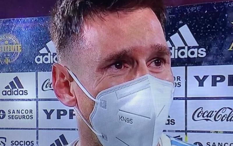 الصورة: ميسي يبكي بحرقة في ليلة جنون جماهير الأرجنتين (فيديو)