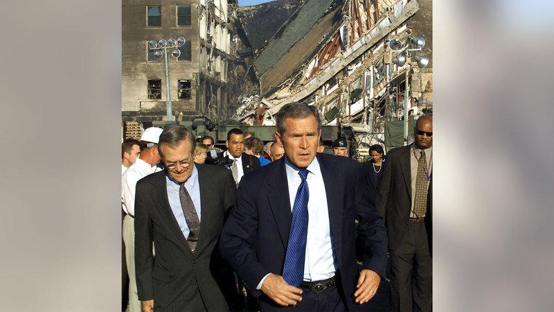 بوش ووزير دفاعه دونالد رامسفيلد يتفقدان المنطقة خلف البنتاغون.  أ.ف.ب