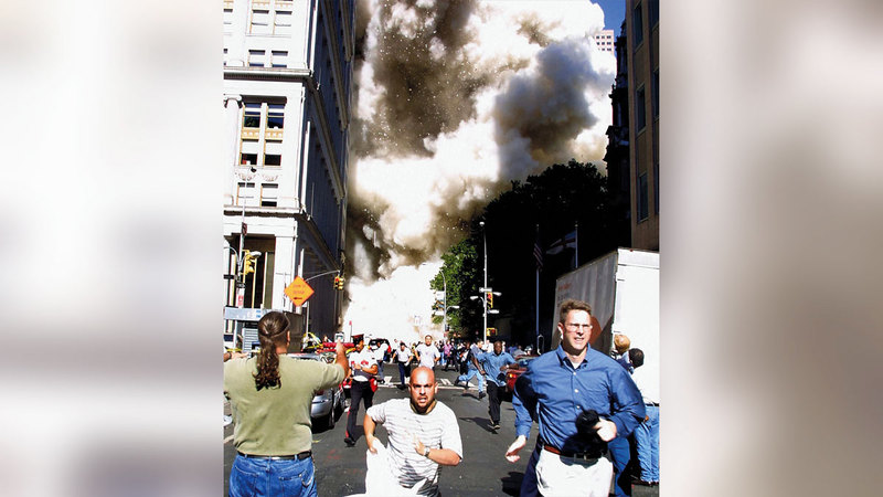 أميركيون يهربون من مكان الحادث.  أ.ب