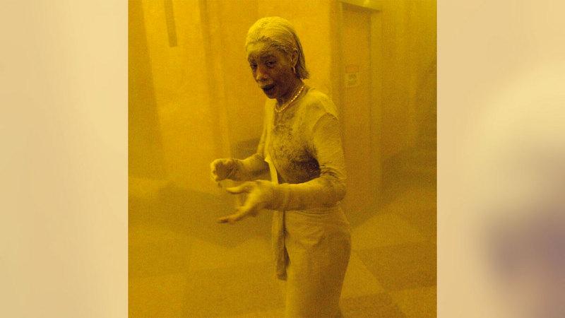 إحدى السيدات الأميركيات مغطاة بالغبار الناتج عن انهيار البرجين. أرشيفية