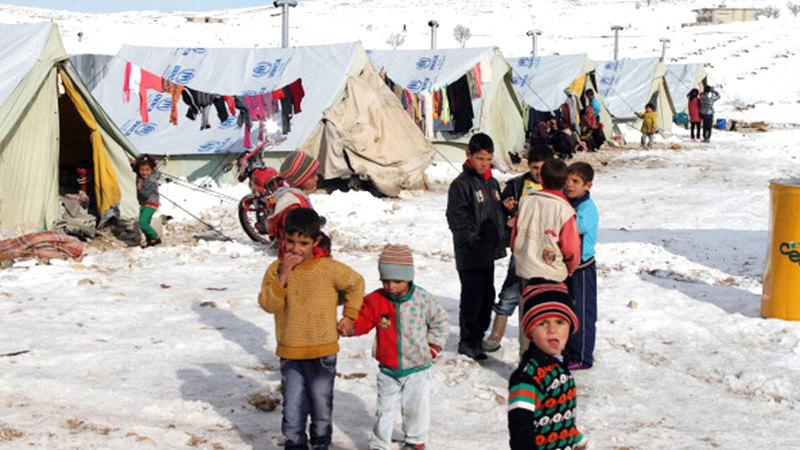 مخيم اللاجئين السوريين في لبنان حيث يتم تجميع معظم اللاجئين بصورة نمطية في مخيمات في الدول المجاورة لبلادهم التي هربوا منها.  غيتي