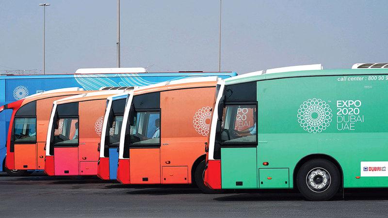 حافلات حديثة مريحة ومتطورة لنقل زوار المعرض. من المصدر