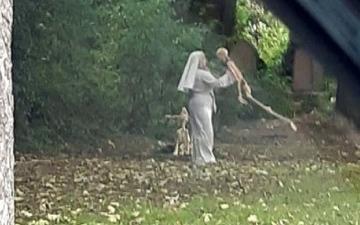 الصورة: امرأة تثير الرعب في مقبرة مهجورة.. رقصت مع الهياكل العظمية !