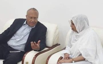 الصورة: صورة وزيرة سودانية تشعل مواقع التواصل.. والسبب مقابلة في جامعة