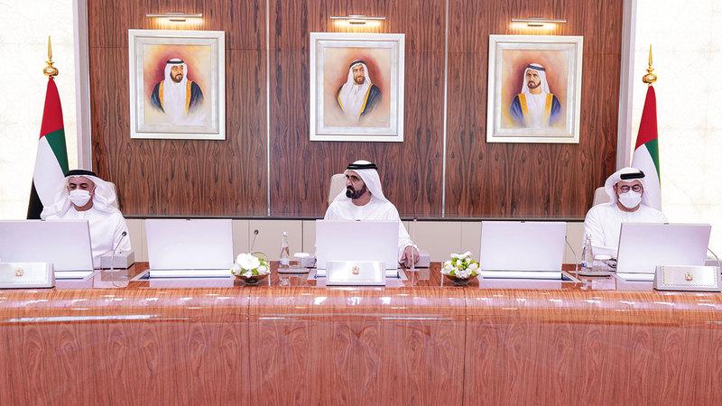 محمد بن راشد خلال ترؤسه اجتماع مجلس الوزراء بحضور سيف بن زايد ومنصور بن زايد.   من المصدر