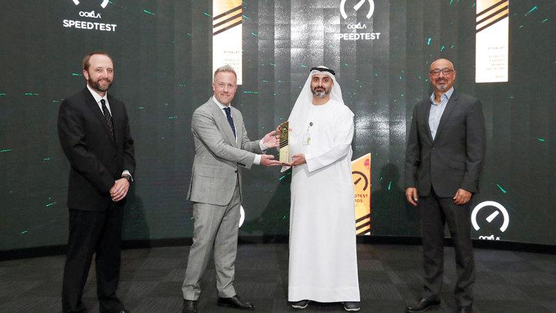 الرئيس التنفيذي لعمليات «اتصالات الإمارات» تسلم جائزة «أوكلا» بحضور الرئيس التنفيذي للمجموعة حاتم دويدار.   من المصدر