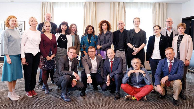 بدور القاسمي خلال لقائها مجموعة من الناشرين وأعضاء اتحاد الكتاب الروس.    من المصدر