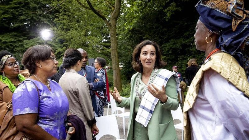 عمدة أمستردام، فيمكي هالسيما، وسط الصورة، تشارك في الاحتفال الوطني لماضي العبودية في أوستربارك بأمستردام.   غيتي