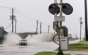 الصورة: الإعصار نيكولاس يضرب سواحل تكساس ولويزيانا بأمطار غزيرة