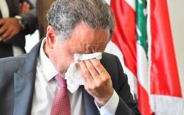 الصورة: بكاء وزير لبناني أثناء تسليمه منصبه للوزير الجديد