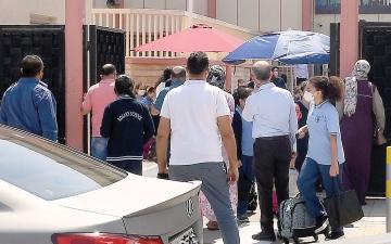 الصورة: تجمعات الآباء أمام المدارس تتناسى «كورونا»