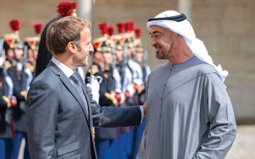 الصورة: محمد بن زايد والرئيس الفرنسي يبحثان في باريس الشراكة الاستراتيجية