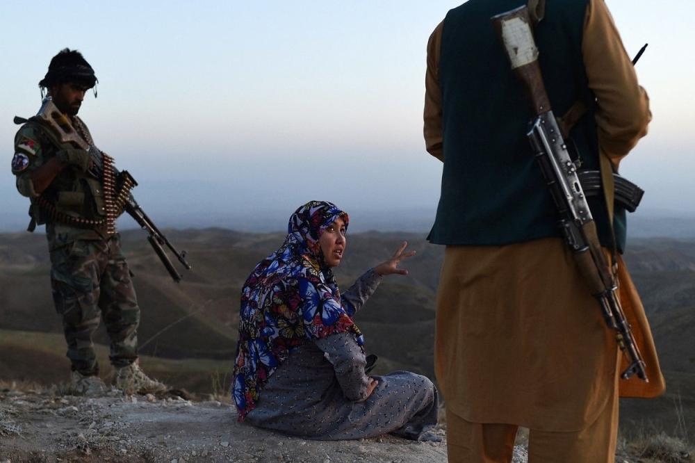 الحاكمة سليمة مزاري مع أفراد قواتها . من المصدر