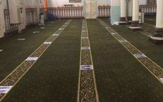 الصورة: لص يسرق مراوح مسجد في عزّ النهار بمصر