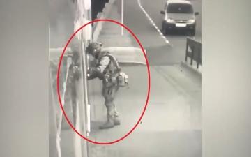 الصورة: مجرم يسرق سيارة ويقتل جدة وابنها وحفيدها ويهاجم قسم شرطة بالقنابل.. فيديو