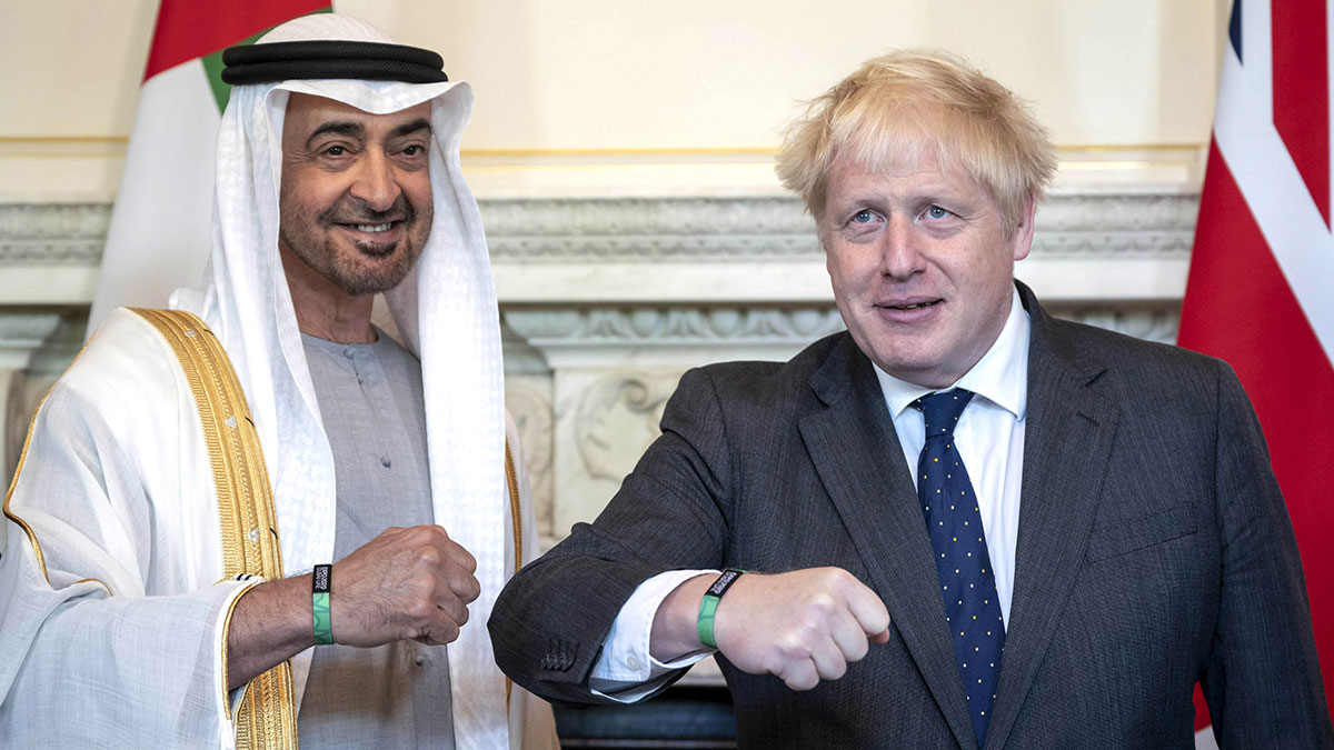محمد بن زايد وبوريس جونسون يرتديان سوار (إكسبو 2020 دبي)