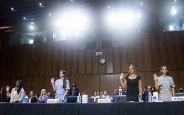 """الصورة: ضحايا الطبيب المتحرش """"نصار"""" يدلين بشهاداتهن أمام """"الشيوخ"""" الأميركي"""