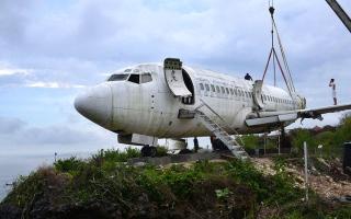 الصورة: طائرة خارجة عن الخدمة تحط في بالي لاستقطاب السيّاح