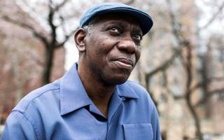 الصورة: شاعر أميركي يفوز بجائزة هربرت الأدبية