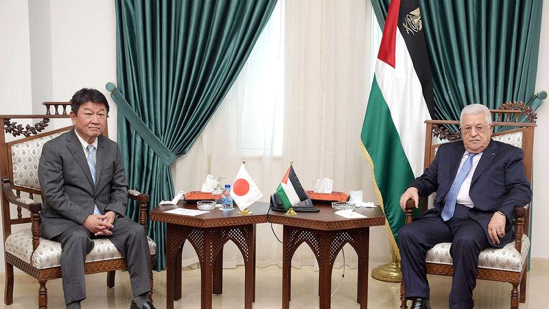 موتيجي مع عباس خلال جولته في الشرق الأوسط.  غيتي