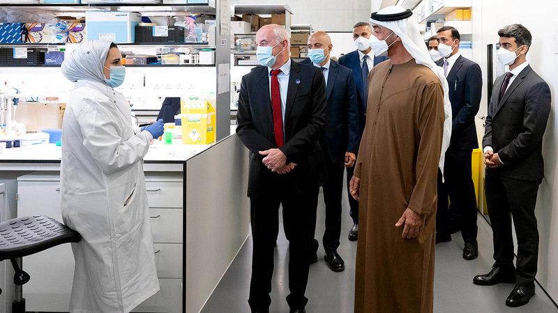 محمد بن زايد خلال لقائه الأطباء والأساتذة والباحثين العاملين بمركز زايد لأبحاث الأمراض النادرة لدى الأطفال في لندن.  وام