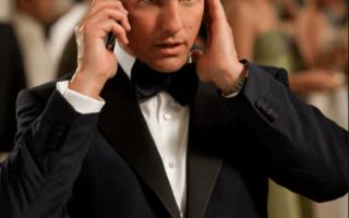 الصورة: توم كروز يتلقى مكالمة هاتفية من خارج الأرض !!