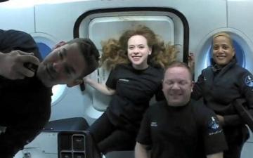 الصورة: سياح الفضاء الأميركيون الأربعة عادوا إلى الأرض