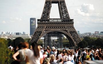الصورة: عبور مذهل على حبل مشدود.. من برج إيفل حتى المسرح الوطني