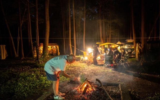 الصورة: ياباني يعشق التخييم ويستخدم سيارته بذلك.. صور