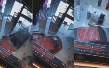 الصورة: فيديو صادم لسعودية تقتحم بسيارتها مكتب اتصالات.. والرجال يعلقون بردود ساخرة