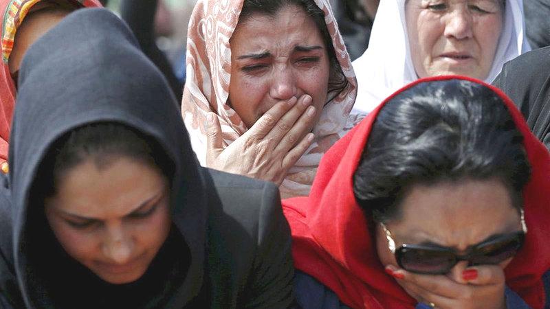 النساء المتظاهرات في كابول المؤيدات لـ«طالبان» رفضن أن تتحدث الأخريات باسمهن.    إي.بي.إيه
