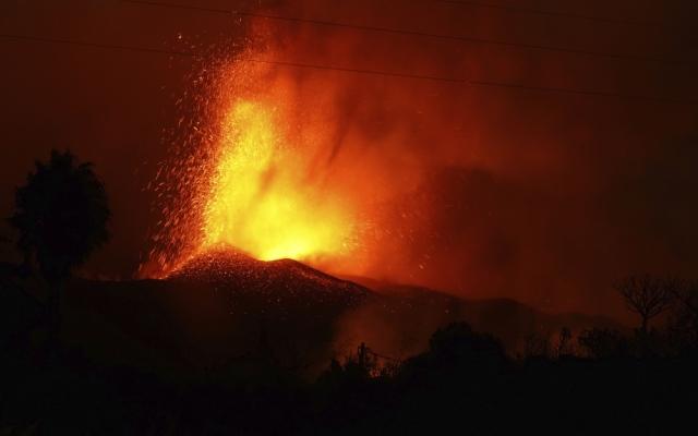 الصورة: حمم بركانية تتدفق من بركان لا بالما في اسبانيا.. صور