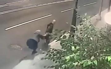 الصورة: امرأة مسنة تنجح في مقاومة سارق حاول السطو على حقيبتها.. فيديو